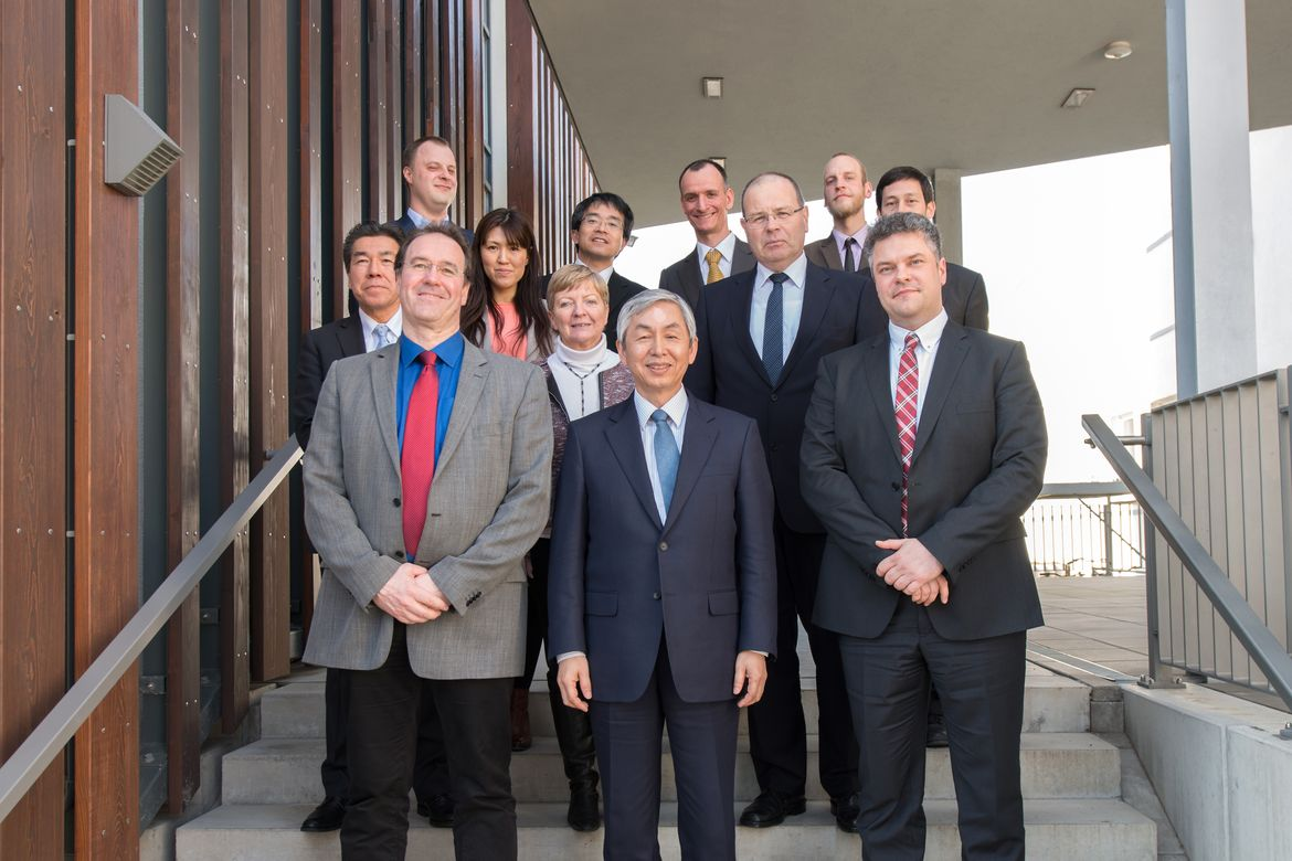 Representatives of DBFZ, the city of Leipzig and the Japanese research institute FFPRI on the occasion of the cooperation agreement on DBFZ (Picture: DBFZ)